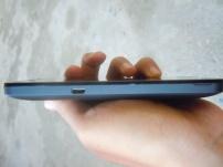 Bagian kiri terdpat port USB 2.0 untuk charger dan transfer data